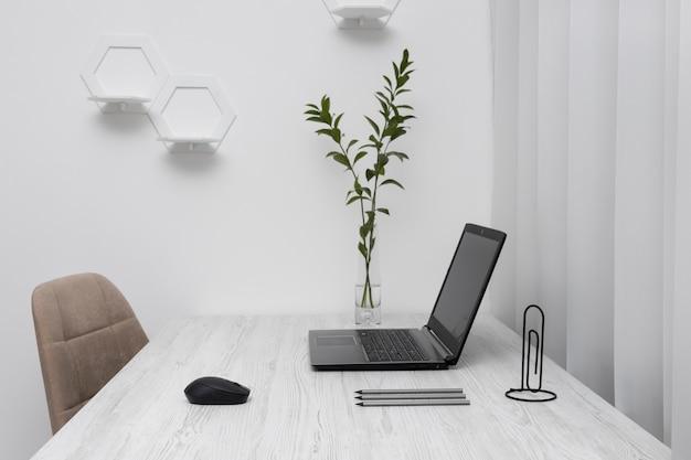 Arranjo minimalista da mesa de negócios