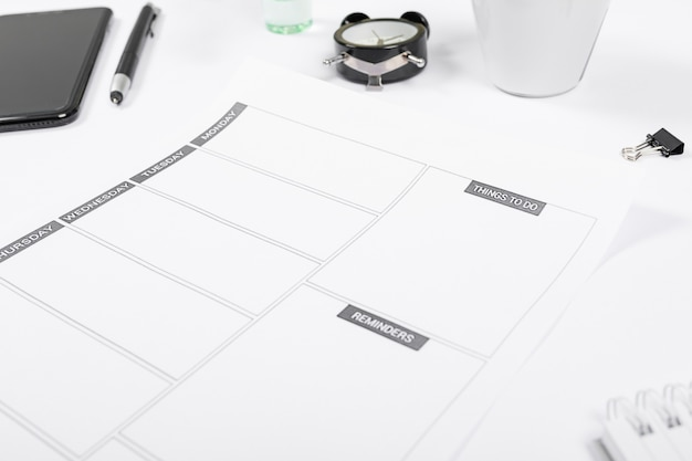 Arranjo minimalista de alto ângulo na mesa de escritório