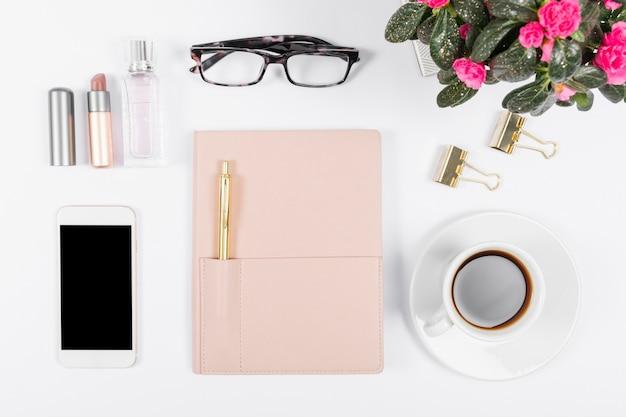 Arranjo minimalista na mesa de escritório
