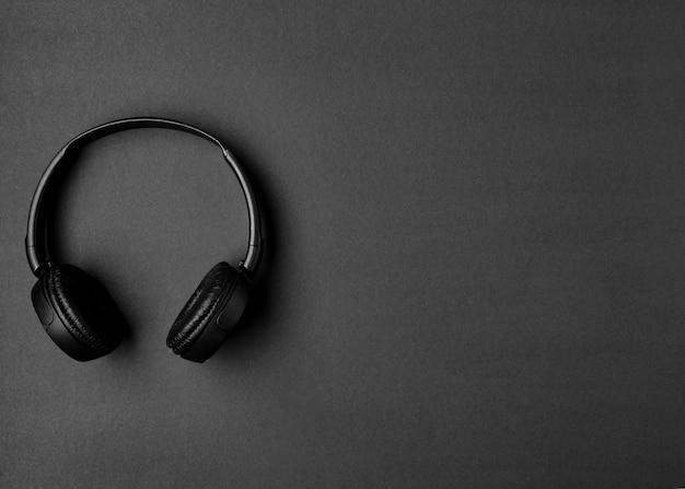 Arranjo musical com fones de ouvido pretos com espaço de cópia