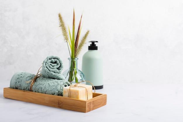 Arranjo para o conceito de banho com sabonete e toalha na caixa