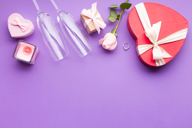 Arranjo plana leigos com caixa em forma de coração