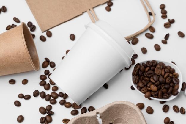 Arranjo plano com grãos de café