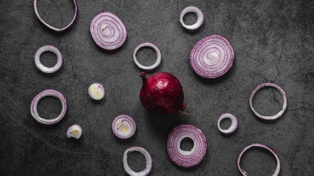 Arranjo plano de anéis de cebola roxa