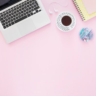Arranjo plano de café e laptop