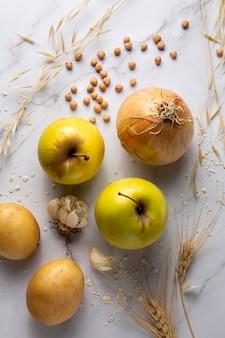 Arranjo plano de cebolas e maçãs