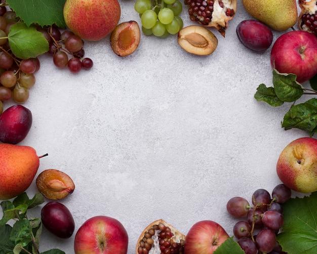 Arranjo plano de deliciosas frutas de outono com espaço de cópia