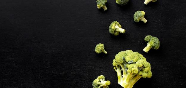 Arranjo plano de deliciosos brócolis frescos com espaço de cópia