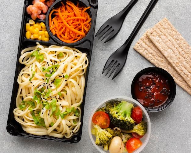 Arranjo plano de diferentes alimentos na mesa