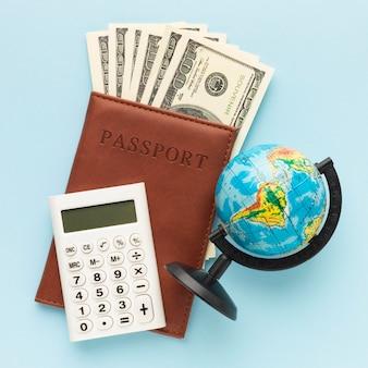 Arranjo plano de dinheiro e passaporte