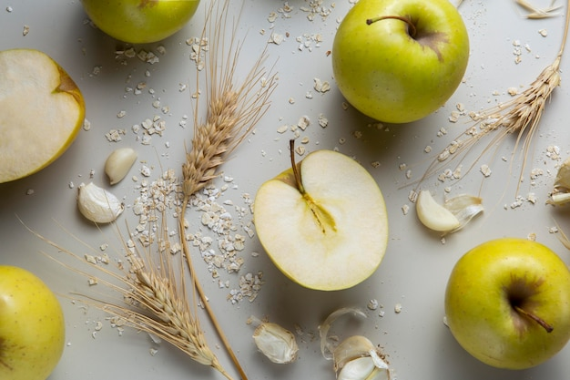 Arranjo plano de maçãs e alho