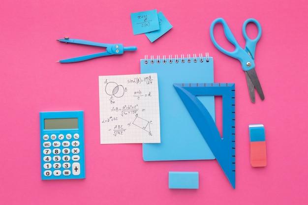 Arranjo plano de material escolar