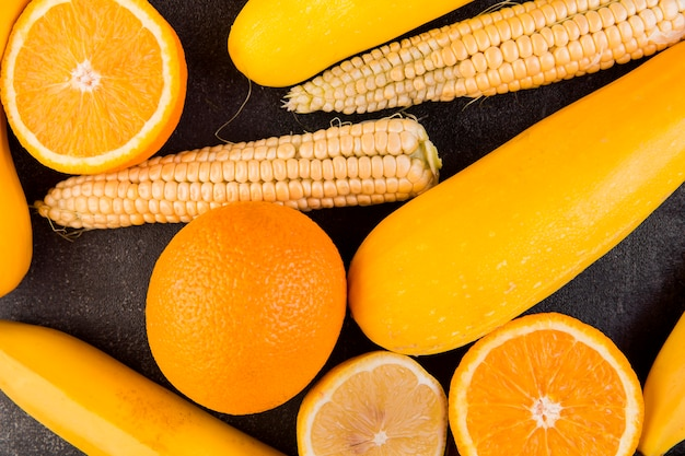 Arranjo plano de milho e laranjas