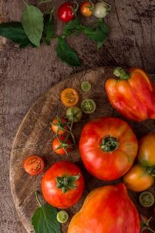 Arranjo plano de tomates e pimentas