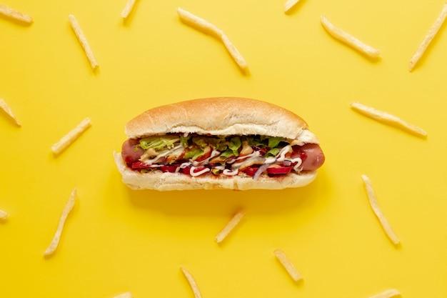 Arranjo plano leigo com cachorro-quente e batatas fritas