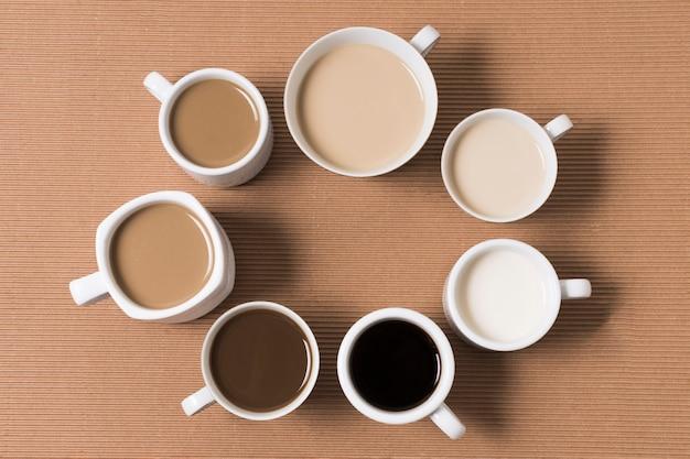 Arranjo plano leigo de deliciosos tipos de café