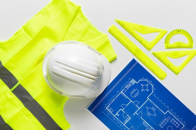 Arranjo plano leigo de diferentes objetos arquitetônicos