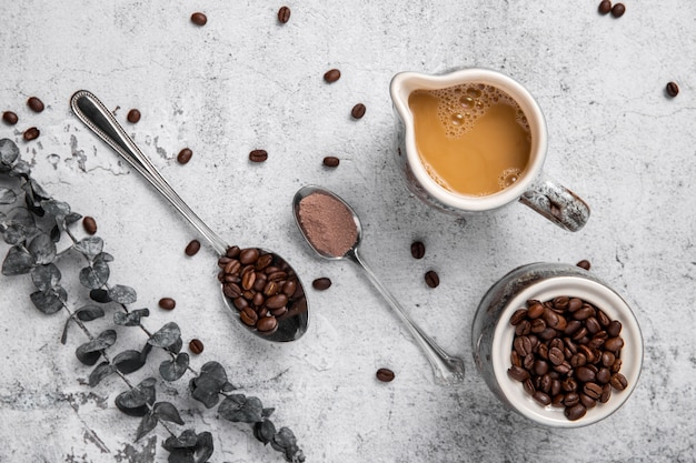 Arranjo plano leigo de grãos de café e pó com café