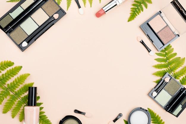 Arranjo plano leigo de produtos de beleza com espaço de cópia