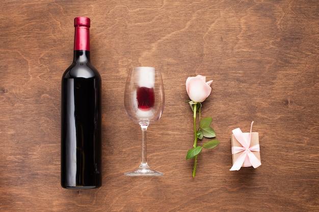 Arranjo romântico plano leigo com vinho