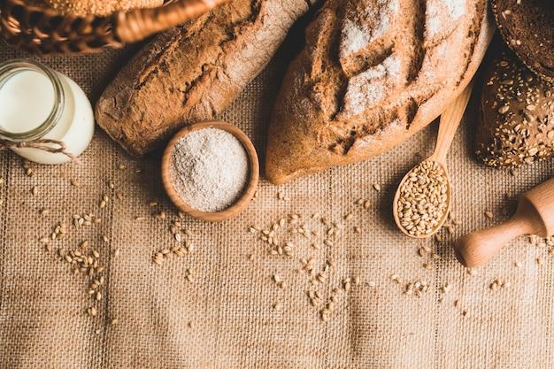 Arranjo rústico de pães de pão