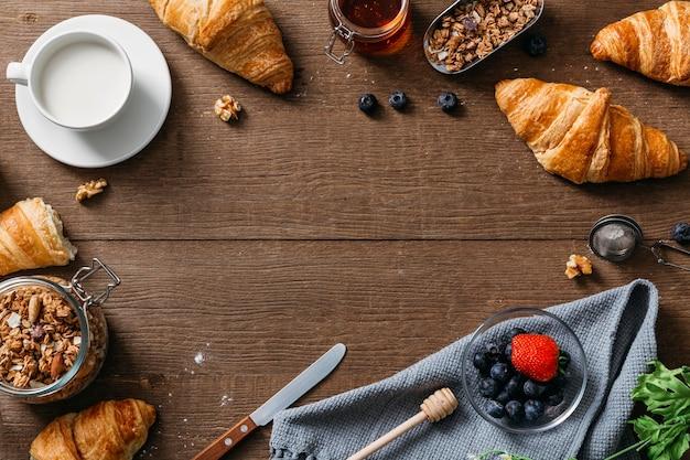 Arranjo saboroso de café da manhã com vista superior e espaço de cópia