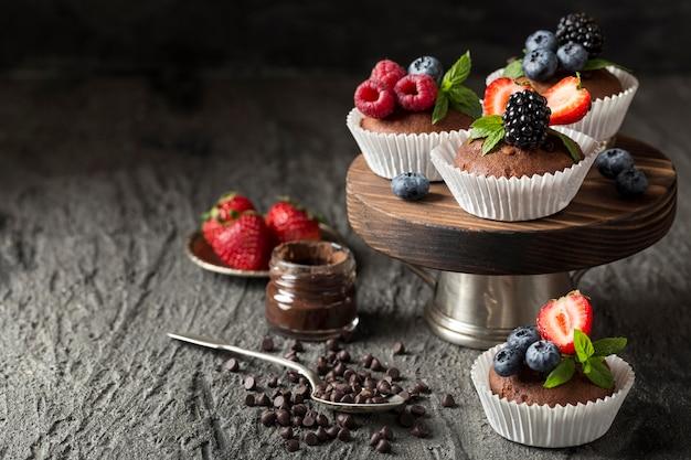 Arranjo saboroso de cupcake de alta vista