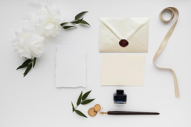 Arranjos de mesa e cartão de convite de casamento
