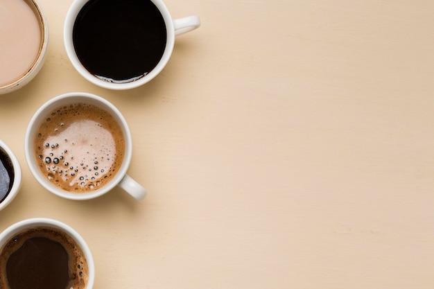 Arranjos diferentes de xícaras de café com espaço de cópia