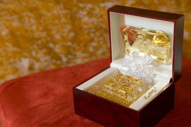 Arras de casamento em uma caixa