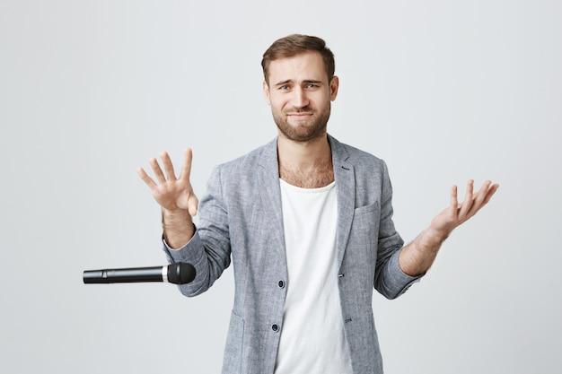 Arrogante e elegante cara soltar microfone sem se preocupar