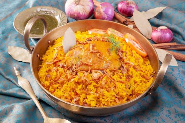 Arroz amarelo com frango ou frango biryani com arroz