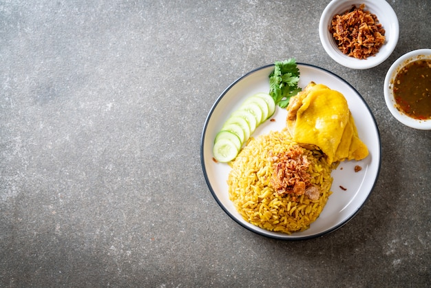 Arroz amarelo muçulmano com frango