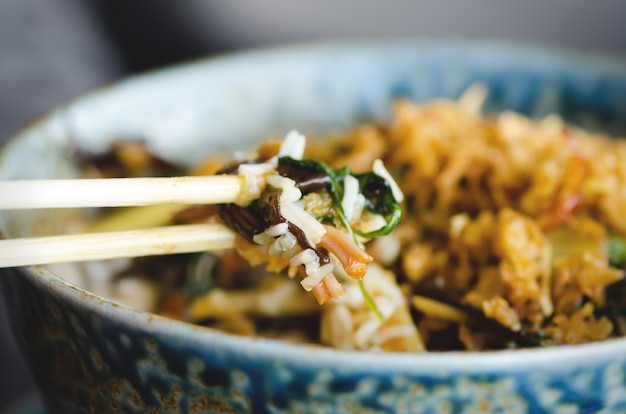 Arroz asiático com carne de porco, mu-err cogumelos, napa repolho, brotos de bambu em conserva, espinafre, teriyaki