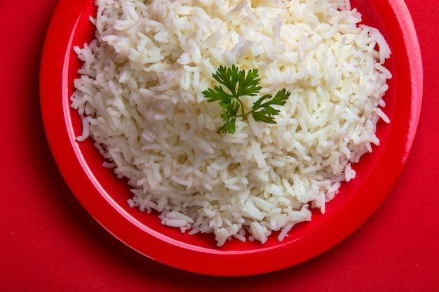 Arroz basmati branco liso cozido em um prato vermelho