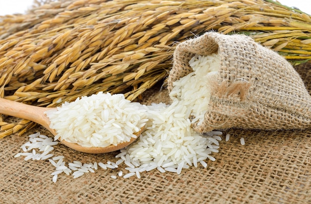 Arroz branco (arroz jasmim tailandês) e arroz não moído