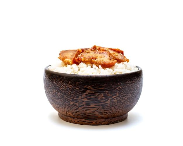 Arroz branco com carne de porco grelhada em uma tigela preta sobre fundo branco, arroz da ásia, comida de arroz de estilo asiático