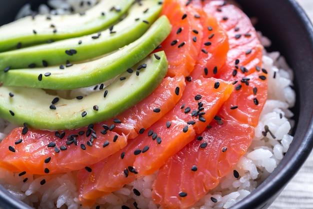 Arroz branco com salmão e abacate