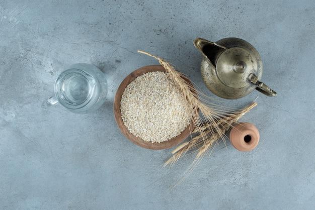Arroz branco dentro de uma xícara de madeira. foto de alta qualidade