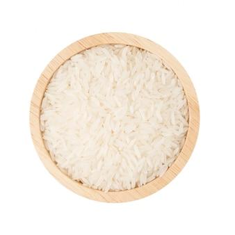 Arroz branco em uma tigela de madeira isolado