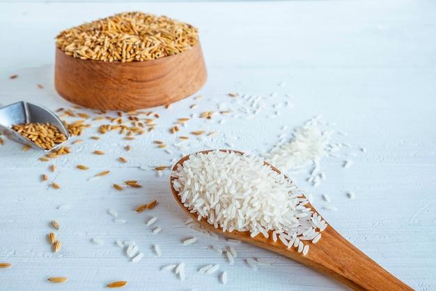 Arroz branco orgânico e arroz em uma mesa de madeira