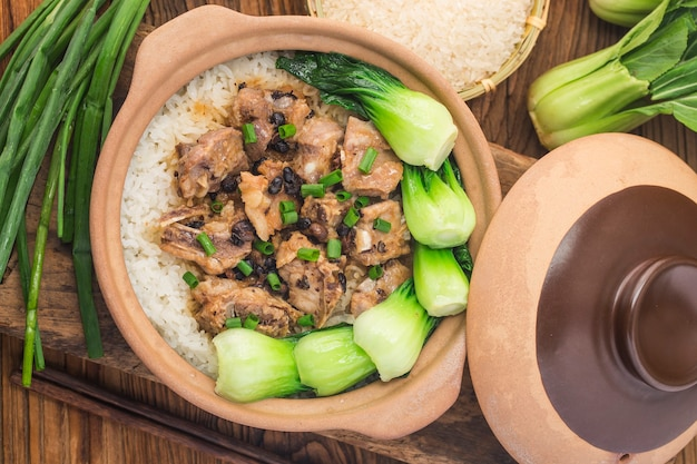 Arroz cantonês com arroz cozido com costeletas