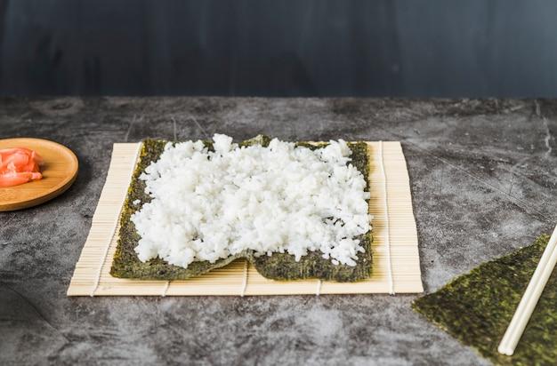 Arroz com algas marinhas na esteira de sushi