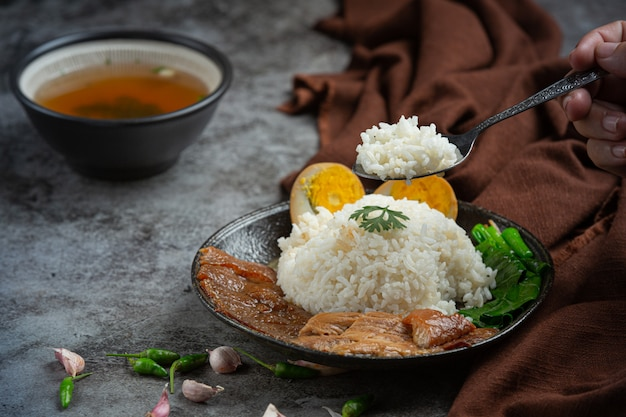 Arroz com carne de porco chinesa ensopado de porco acompanhamentos bonitos, comida tailandesa.