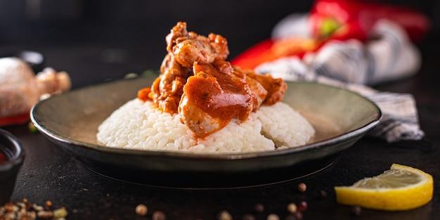 Arroz com carne temperos curry frango molho de tomate refeição culinária indiana lanche na mesa cópia espaço