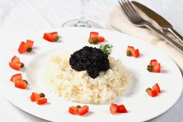 Arroz com caviar preto
