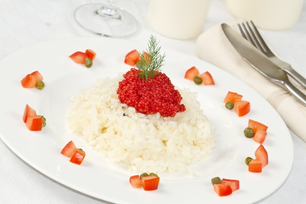 Arroz com caviar vermelho
