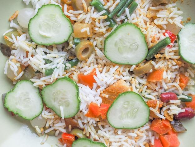 Arroz com curry vegetariano