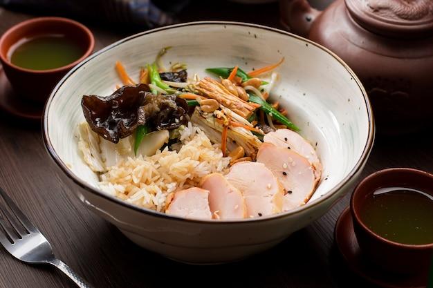 Arroz com frango e cogumelos em um restaurante asiático