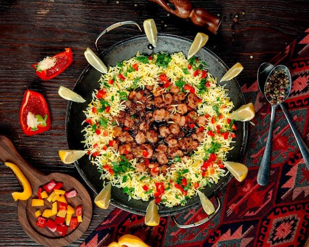 Arroz com legumes e camarão em molho cozido em um saj